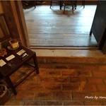 ヒオモカフェ - 引き戸を開けると足元はレンガ造り