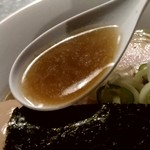 らぁめん家 有坂 - 【2018.10.02(火)】味玉醤油らぁめん(並盛・130g)880円のスープ