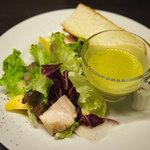 イタリア食堂 サルディーナ - ランチのパン、サラダ、スープ