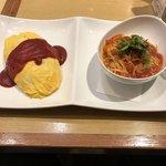 ポムズファーム - 料理写真:定番ケチャップオムライスSサイズとモッツァレラチーズのトマトソースハーフサイズのセット。
