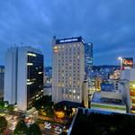 93825464 - 部屋からの眺めです。ホテルモントレとその後ろに少し見えているのがウエスティンホテルです。