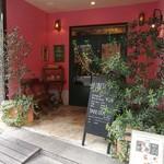 ハングリータイガー - 鮮やかなピンク色の壁にグリーンをセンスよく飾った、外国チックな外観