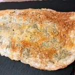 パンドウー - しらすとチーズのバリバリしてペラペラの(名前忘却) パンではなくてチーズを焼いたものでしたが40cmはあろうかという大きさのこれ、あっというまに食べてしまいました。塩気、ばりばり音、食がすすんじゃいみます。
