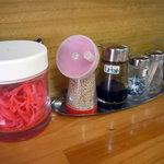 圭順 - 「圭順」卓上の紅ショウガと調味料