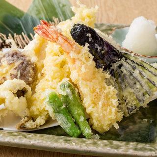 サラダ~天ぷら、ご飯ものまでコスパ◎な一品料理の数々
