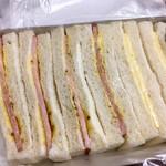 93868194 - ボンレスハムサンド4つとチーズサンドの2つの二種類が入っています