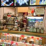 93868202 - 東神奈川駅改札を入って目の前の売店です