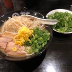 万丈 - 広島ラーメン、もやし・ネギトッピング。 トッピングのネギは別皿で出てきました。
