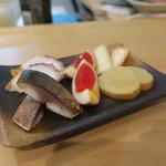弘大Z - お任せ燻製五種盛り:サバ たくあん 半熟玉子 蛸 カマンベール