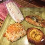 93876034 - サンドイッチ、ごぼうパン、三つ葉とキノコのパン、スイートポテトのデニッシュ。