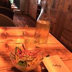 モンスーンカフェ  - ランチセットの、ジャスミン茶とサラダ