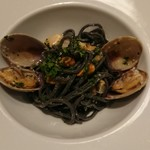 テルツィーナ - オホーツク産3種の貝とミニトマト、イカスミを練り込んだ自家製タリオリーニ