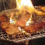 きらく亭 - 特選カルビ1,780円也。見よこの炎。値段高いだけあって、脂ののりがよい肉でした