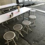 にぎりめし - 簡易的なテーブルとイス