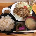 なんじゃぁこりゃぁ - 料理写真:豚の生姜焼き定食