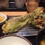 93911869 - 赤茄子とかき揚げ(赤茄子デカ過ぎ)
