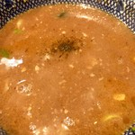 秋葉原ラーメン わいず - スープ割りが改めて着丼。中央上部は黒胡椒ですが、その味の効果は確認出来ず。