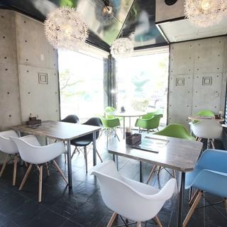 広々としたカフェのような空間♪半個室席もございます!