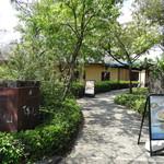 中国料理 桃仙 - 庭内を通って入り口へ