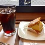 カフェ・ラ・コルテ - 水出しアイスコーヒー 280円 クレムシュニテ 320円