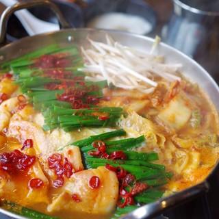【冬の定番料理】自慢のもつをふんだんに使用した旨辛もつ鍋!