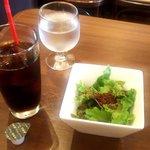 武蔵小杉バール・デルソーレ - アイスコーヒーとランチサラダ