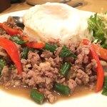 ルアンカーオ - 料理写真:牛肉のタイバジル炒め 目玉焼きライス(1100円)