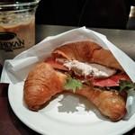 カフェ珈琲館 - ツナのクロワッサンとアイスラテ