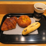 ル・プチメック - クロワッサン・オ・ブール セレアルのチーズロール ラムレーズン入りミルクフランス&(ウニールの豆を使った)コーヒー1