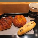 ル・プチメック - クロワッサン・オ・ブール セレアルのチーズロール ラムレーズン入りミルクフランス&(ウニールの豆を使った)コーヒー2