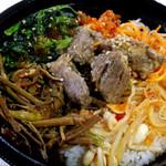 東京精肉弁当店 - 日替わり丼(ビビンバ)