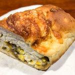 菓子とパン 大楠 - 「玄米パン 野菜のキーマカレーパン」(299円)。