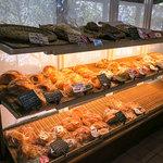 菓子とパン 大楠 - こんな風に並んでます。