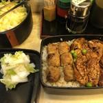 茅場町鳥徳 - 食べ放題の白菜漬けを重箱の蓋に置いて