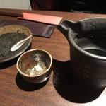 日本酒専門 のすけ - おちょこもいろいろな種類があり好きなお酒を入れてテーブルに持ってくるスタイル