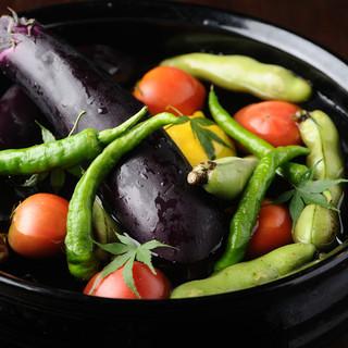 生産者の情熱がこめられた野菜や肉など質の高い食材