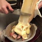 花畑牧場 RACLETTE ~ラクレットチーズ専門店~ - 熱々ラクレットチーズ削りかけ