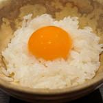 朝食 喜心 - 山田農園の卵の黄身だけをご飯にのせて