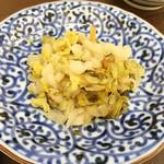 志摩の海鮮丼屋 - セルフのお漬け物。今日は白菜のしぼり漬け(酸味強め)でした。