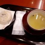 93967197 - 茶柱縁起茶セット                       わぁ、本当に茶柱が立ってる!