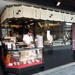 93967203 - 熱々の梅ヶ枝餅を買って、食べ歩きも出来ますね。