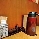 スワンレイク パブ エド 修蔵 - [内観] 店内 テーブル席 ② 箸・調味料・お茶セット
