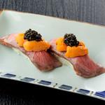 焼肉チャンピオン - 【日本橋店限定】 黒毛和牛 特製ローストビーフの握り 生うに・キャビアのせ