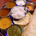 南インド料理 ドーサベル - ドーサチョイスで日替わりからサグマトン:サグがスパイスしっかり美味 ダル:クミンたっぷり香ばしい。カードとサグマトン、濃く辛いラッサム混ぜが気に入りました。¥1,200 チャイ付き