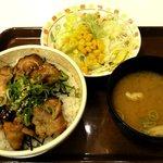 すき家 - 炭火やきとり丼+サラダセット