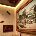 和泉屋傳兵衛 - お菓子の型が埋められた壁と信濃追分の切り絵