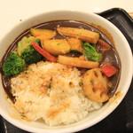 吉野家 - メニューの写真と違うやん。ご飯が汚れているのは、カレーを入れたときのおこぼれ ?