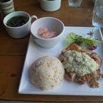ヴェニスカフェ - ベニスランチプレートのローストチキン、柚子胡椒豆腐だれでございます