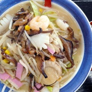 伊万里ちゃんぽん - 料理写真:ミニ特製ちゃんぽんアップ。魚介類が目を引きますが、甘く炊いた椎茸がポイントだと思いました。かなり気に入りました!
