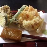 蕎麦彩膳 隆仙坊 - 天ぷらはさくさくです。手前にあるのがそば田楽です。